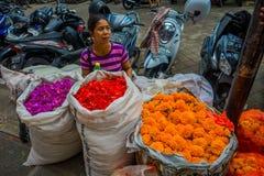 BALI INDONESIEN - MARS 08, 2017: Oidentifierat folk i marknad för det friaBali blomma Blommor används dagligen av Balinese Royaltyfria Bilder