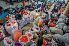 BALI INDONESIEN - MARS 08, 2017: Oidentifierat folk i marknad för det friaBali blomma Blommor används dagligen av Balinese Arkivfoto