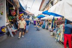 BALI INDONESIEN - MARS 16, 2016: Oidentifierat folk som går i marknaden reklamfilm- och handelaktiviteterna av Arkivfoton
