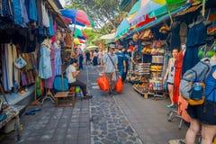 BALI INDONESIEN - MARS 16, 2016: Sikt av reklamfilm- och handelaktiviteterna av den huvudsakliga marknaden i den Ubud staden på B Arkivfoton