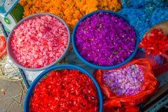 BALI INDONESIEN - MARS 08, 2017: Utomhus- Bali blommamarknad Blommor används dagligen av balinesen Hindus som symboliska Royaltyfria Foton