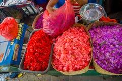 BALI INDONESIEN - MARS 08, 2017: Utomhus- Bali blommamarknad Blommor används dagligen av balinesen Hindus som symboliska Royaltyfri Fotografi