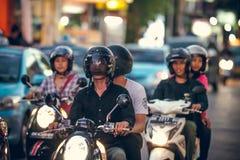 BALI INDONESIEN - OKTOBER 12, 2017: Sparkcyklar på den Legian gatan, Kuta, Bali, Indonesien Mopedtrafik Fotografering för Bildbyråer