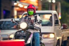 BALI INDONESIEN - OKTOBER 12, 2017: Sparkcyklar på den Legian gatan, Kuta, Bali, Indonesien Mopedtrafik Arkivbilder