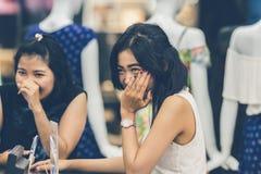 BALI INDONESIEN - OKTOBER 12, 2017: Två unga asiatiska kvinnor i shoppinggallerian Bali ö Royaltyfri Fotografi