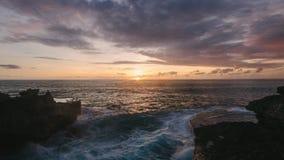Bali Indonesien solnedgång på Nusa Lembongan på jäkels sidan för stenig strand för reva stock video