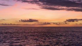 Bali Indonesien solnedgång på Nusa Lembongan på jäkels sidan för stenig strand för reva lager videofilmer