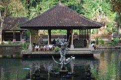 Bali Indonesien tempel med barn i bakgrunden Arkivfoto