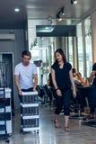 BALI INDONEZJA, CZERWIEC, - 2, 2017: Włosiany stylista przy fryzjera męskiego sklepem na Bali wyspie Obrazy Royalty Free
