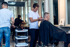 BALI INDONEZJA, CZERWIEC, - 2, 2017: Włosiany stylista przy fryzjera męskiego sklepem na Bali wyspie Obraz Stock