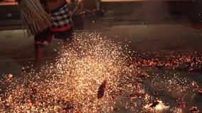 Bali, Indonezja Fabruary 3, 2018: Balijczyka Kecak taniec, znać jako Ramayana małpy skandowanie przy świątynią wewnątrz Pożarnicz zbiory