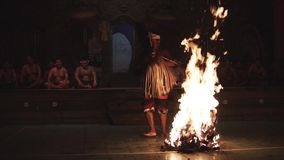 Bali, Indonezja Fabruary 3, 2018: Balijczyka Kecak taniec, znać jako Ramayana małpy skandowanie przy świątynią wewnątrz Pożarnicz zbiory wideo