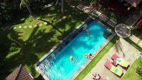 BALI INDONEZJA, GRUDZIEŃ, - 27, 2018: Grupa przyjaciele ma zabawę w basenie outdoors 4K trutnia latający wideo zdjęcie wideo