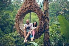 BALI INDONEZJA, GRUDZIEŃ, - 26, 2017: Podróżnika miesiąca miodowego para w dżungli Bali wyspa, Indonezja Para w Obrazy Royalty Free