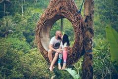 BALI INDONEZJA, GRUDZIEŃ, - 26, 2017: Podróżnika miesiąca miodowego para w dżungli Bali wyspa, Indonezja Para w Obraz Stock