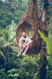 BALI INDONEZJA, GRUDZIEŃ, - 26, 2017: Podróżnika miesiąca miodowego para w dżungli Bali wyspa, Indonezja Para w Fotografia Stock