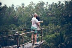 BALI INDONEZJA, GRUDZIEŃ, - 26, 2017: Podróżnika miesiąca miodowego para w dżungli Bali wyspa, Indonezja Para w Zdjęcia Royalty Free