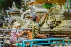 BALI INDONEZJA, KWIECIEŃ, - 05, 2017: Niezidentyfikowana para używa ścinaka robić sztuce cement, w Ubud Bali lokalizować wewnątrz Zdjęcie Stock