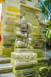 BALI INDONEZJA, KWIECIEŃ, - 05, 2017: Piękna kamienna statua w Ubud świątyni w Bali Obrazy Stock