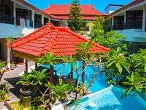 Bali Indonezja, Kwiecień, - 09, 2012: Widok pływacki basen przy flory Kuta Bali hotelem Fotografia Royalty Free
