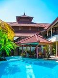 Bali Indonezja, Kwiecień, - 09, 2012: Widok pływacki basen przy flory Kuta Bali hotelem Obraz Stock