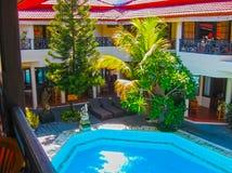 Bali Indonezja, Kwiecień, - 09, 2012: Widok pływacki basen przy flory Kuta Bali hotelem Obrazy Royalty Free