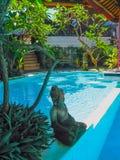 Bali Indonezja, Kwiecień, - 09, 2012: Widok pływacki basen przy flory Kuta Bali hotelem Zdjęcia Stock