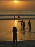BALI, INDONEZJA, LIPIEC 2007: - Sylwetka ludzie przy zmierzchem nad oceanem Fotografia Stock