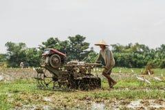 Bali, Indonezja/- 03 05 2018: mężczyzna orze pole z dużym blok Obraz Royalty Free