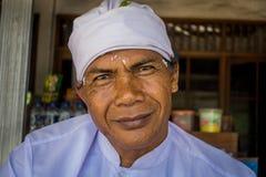 BALI INDONEZJA, MAJ, - 06, 2017: Niezidentyfikowany mężczyzna czciciel w ceremonii nowa Hinduska świątynia Obraz Royalty Free