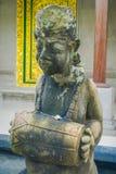 BALI INDONEZJA, MARZEC, - 08, 2017: Kamienna statua trzyma bęben w mieście Denpasar w Bali, Indonezja Zdjęcie Stock