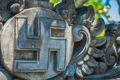 BALI INDONEZJA, MARZEC, - 08, 2017: Nazistowski symbol rzeźbi nad ściennym betonem, to reprezentuje Hitler rzędu, lokalizować wew Fotografia Stock