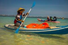 BALI INDONEZJA, MARZEC, - 11, 2017: Niezidentyfikowana kobieta cieszy się pięknego słonecznego dzień nad kajakiem w plaży Zdjęcie Stock