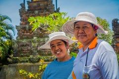 BALI INDONEZJA, MARZEC, - 05, 2017: Niezidentyfikowane kobiety pozuje w Pura Ulun Danu Bratan świątyni na Bali wyspie, Indonezja Zdjęcia Royalty Free