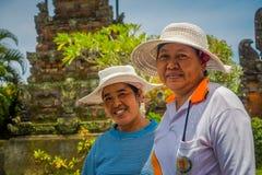 BALI INDONEZJA, MARZEC, - 05, 2017: Niezidentyfikowane kobiety pozuje w Pura Ulun Danu Bratan świątyni na Bali wyspie, Indonezja Fotografia Stock
