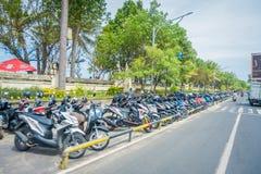 BALI INDONEZJA MARZEC 08 2017: Niezidentyfikowany mężczyzna bierze opiekę parkującą w dowtown motocyklista Legian ` s teren Legia Obrazy Royalty Free