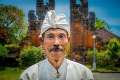BALI INDONEZJA, MARZEC, - 05, 2017: Niezidentyfikowany mężczyzna pozuje w Pura Ulun Danu Bratan świątyni na Bali wyspie, Indonezj Obraz Stock