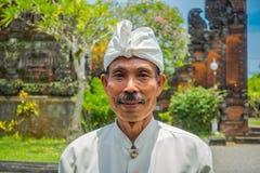 BALI INDONEZJA, MARZEC, - 05, 2017: Niezidentyfikowany mężczyzna pozuje w Pura Ulun Danu Bratan świątyni na Bali wyspie, Indonezj Zdjęcia Stock