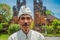 BALI INDONEZJA, MARZEC, - 05, 2017: Niezidentyfikowany mężczyzna pozuje w Pura Ulun Danu Bratan świątyni na Bali wyspie, Indonezj Fotografia Royalty Free