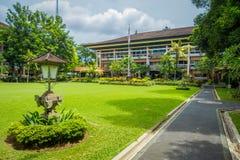 BALI INDONEZJA, MARZEC, - 08, 2017: Piękny gubernatora budynek z ogródem w Denpasar mieście w Bali, Indonezja Zdjęcie Stock