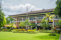 BALI INDONEZJA, MARZEC, - 08, 2017: Piękny gubernatora budynek z ogródem w Denpasar mieście w Bali, Indonezja Obraz Royalty Free