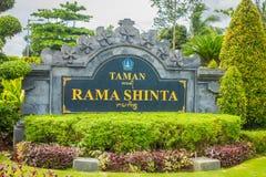 BALI INDONEZJA, MARZEC, - 08, 2017: Pouczający znak na kamiennego abot Dan taman ramy sinta telajakan jalan statui w terminal Obrazy Stock