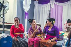 BALI INDONEZJA, PAŹDZIERNIK, - 23, 2017: Balijczyk kobiety na Ślubnej ceremonii, balijczyka ślub Fotografia Royalty Free