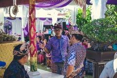 BALI INDONEZJA, PAŹDZIERNIK, - 23, 2017: Balijczyk rodzina na Ślubnej ceremonii, balijczyka ślub Fotografia Stock