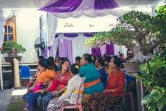 BALI INDONEZJA, PAŹDZIERNIK, - 23, 2017: Balijczyk rodzina na Ślubnej ceremonii, balijczyka ślub Obrazy Stock