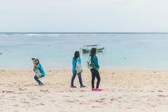 BALI INDONEZJA, PAŹDZIERNIK, - 8, 2017: Indonezyjskie kobiety na Pandawa plaży, Bali fotografia stock