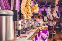 BALI INDONEZJA, PAŹDZIERNIK, - 23, 2017: Jedzenie na Ślubnej ceremonii, balijczyka ślub Fotografia Stock