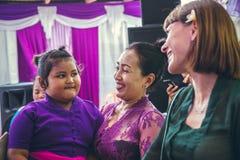 BALI INDONEZJA, PAŹDZIERNIK, - 23, 2017: Kobieta i dzieciak na Ślubnej ceremonii, balijczyka ślub Zdjęcie Stock