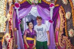 BALI INDONEZJA, PAŹDZIERNIK, - 23, 2017: Kobiety i mężczyzna Ślubna ceremonia, balijczyka ślub Zdjęcia Royalty Free