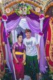 BALI INDONEZJA, PAŹDZIERNIK, - 23, 2017: Kobiety i mężczyzna Ślubna ceremonia, balijczyka ślub Obraz Royalty Free